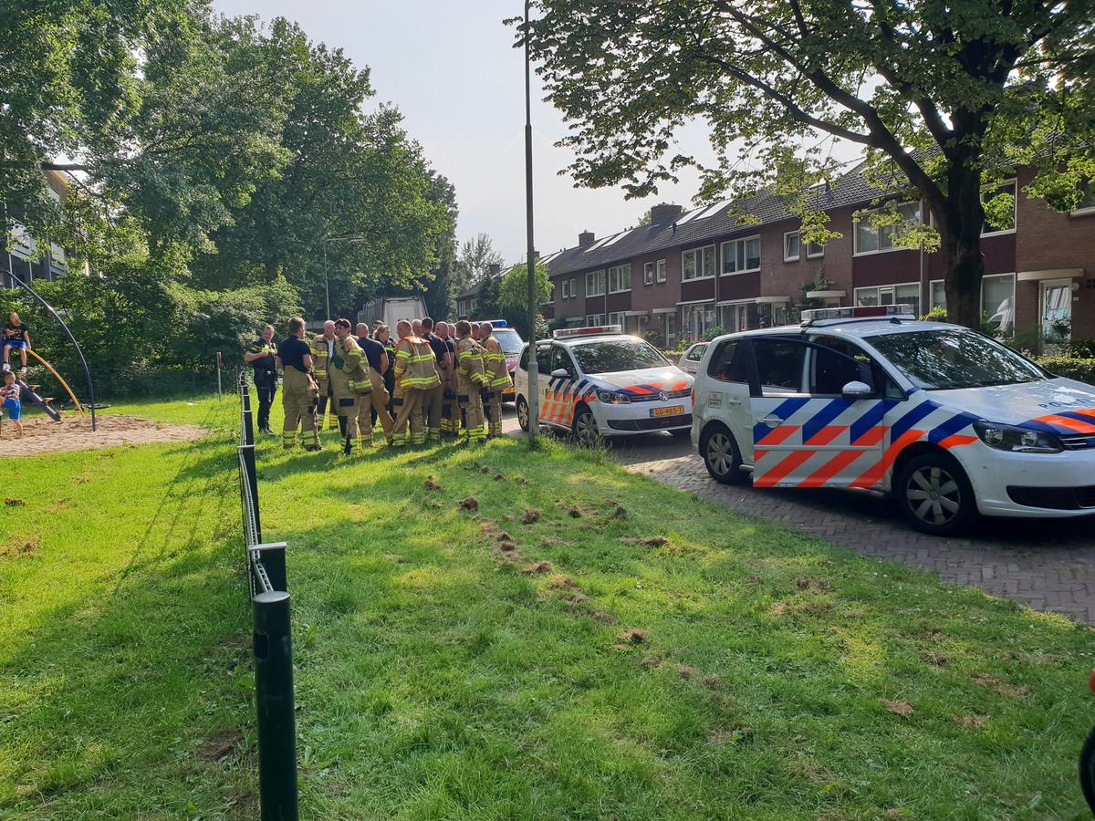 De politie en de brandweer zijn nabij een speeltuin op zoek naar de man.