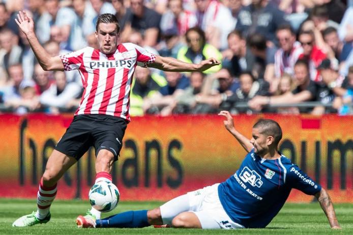 Kevin Strootman (links) in actie voor PSV.