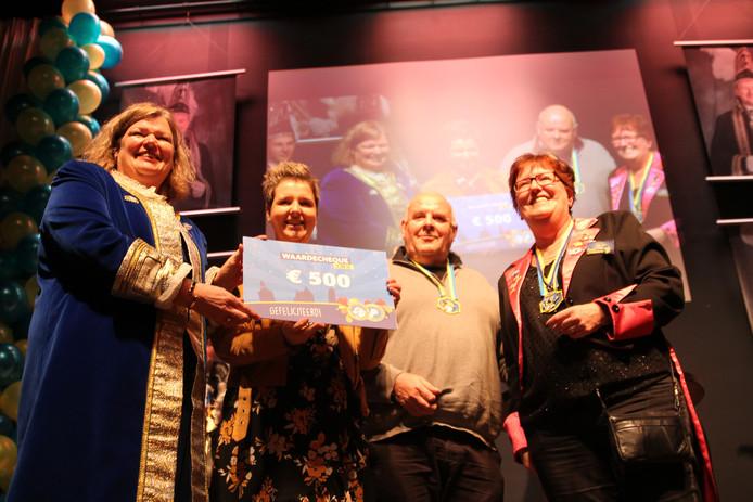Uitreiking van de cheque Schaopmantrofee in Tubbergen die door burgemeester Wilmien Haverkamp in ontvangst is genomen