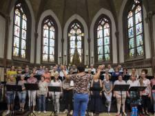 Koor Pajoko in Hellendoorn sluit jubileumjaar af met optreden in kerktuin