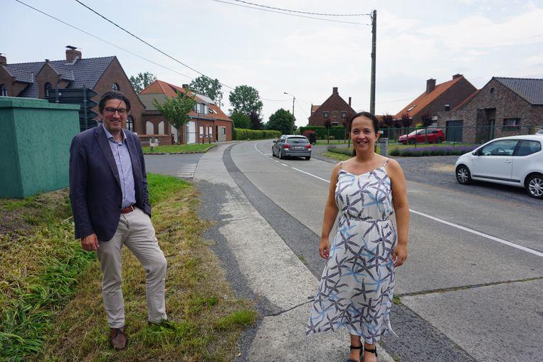 Schepen Toon Vancoillie en burgemeester Karolien Damman in de Torhoutstraat in Kortemark, die helemaal wordt vernieuwd.