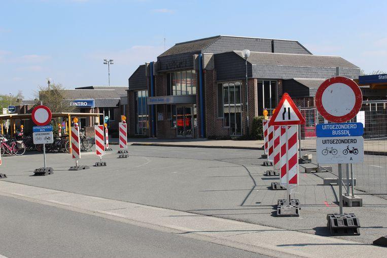 De werken aan het station in Aalter zijn deze week gestart. Het oude stationsgebouw wordt op termijn gesloopt en vervangen door een multifunctioneel gebouw.