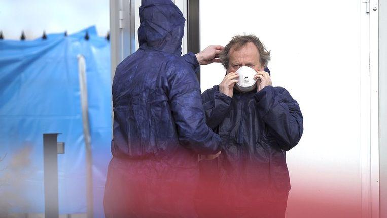 Henk Bleker tijdens zijn bezoek aan het getroffen bedrijf.