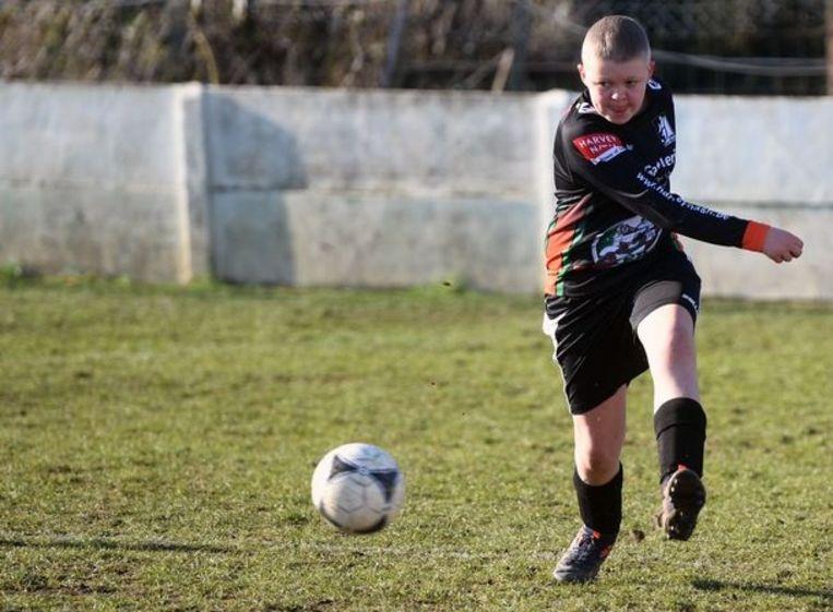 In september werd er bij jeugdvoetballer Karsten Tuyls een kiemceltumor vastgesteld. Maar Karsten vocht en bleek sterker te zijn dan de tumor. Dit weekend speelde hij zijn eerste wedstrijd voor KDN United sinds het vreselijke nieuws.