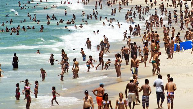 Mensen genieten aan het strand.