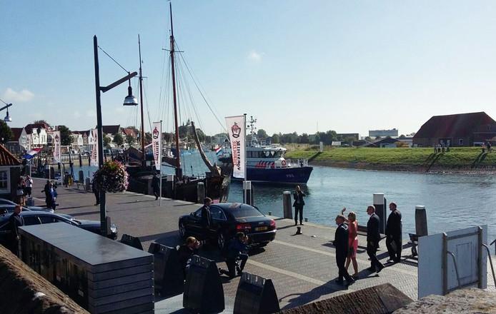 Koningin Máxima heeft voet aan wal gezet in Zierikzee en zwaait naar het publiek.