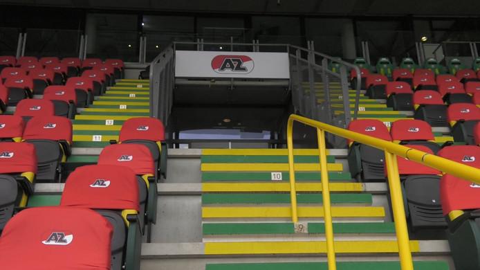 De stoeltjes van ADO Den Haag krijgen voor de tijdelijke thuiswedstrijden van AZ een rood hoesje.