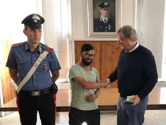 Mossan Rasal (M) met de Italiaanse zakenman (R) die hem bedankt voor het naar de politie brengen van zijn portefeuille.