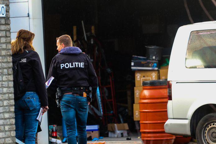 De politie doet onderzoek in een drugslab dat vorige week in Apeldoorn werd opgerold.