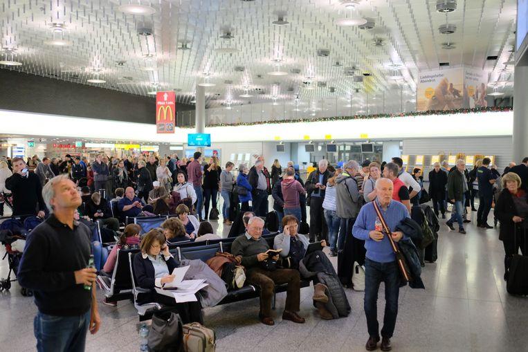 Wachtende passagiers nadat het vliegverkeer op de luchthaven van Hannover werd stilgelegd.