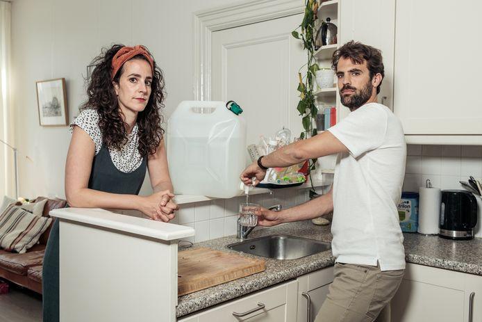 Zonder drinkwater uit de kraan is het leven van Iris Cohen en Frank Kromer knap ingewikkeld. Drinkwater halen ze nu bij een tappunt in de wijk.