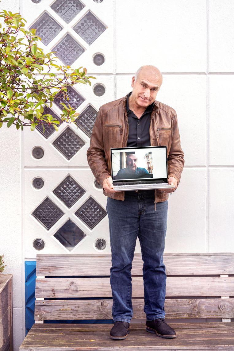Șaban Ol (op scherm laptop) en Celil Toksöz (met laptop), artistiek leiders van Theater Rast.  Beeld Els Zweerink