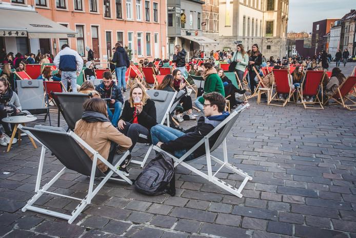 Ook de strandstoelen op het Kramersplein liepen vol met dank aan de winterzon.