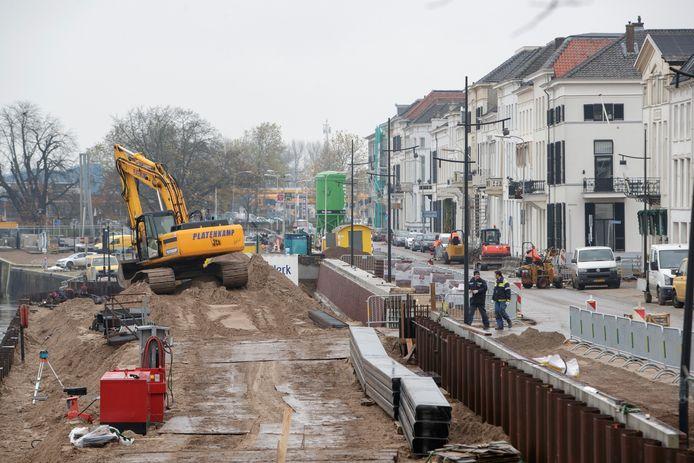 De Zutphense IJsselkade, waaraan nog druk wordt gewerkt. In juni gaat de kade weer volledig open. FOTO ZUTPHENS PERSBUREAU