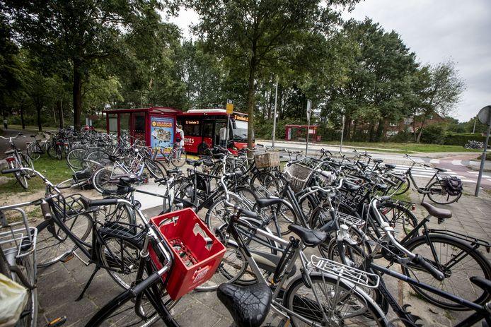 Grote drukte vorig najaar bij de bushaltes, waar veel fietsen worden gestald, die soms zelfs op het fietspad staan.