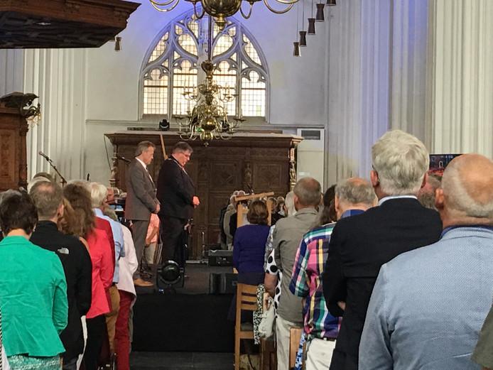 Burgemeester Hubert Bruls en voorzitter Walter Hamers van de Vierdaagsefeesten tijdens de minuut stilte in de Stevenskerk ter ere van slachtoffers in Nice.