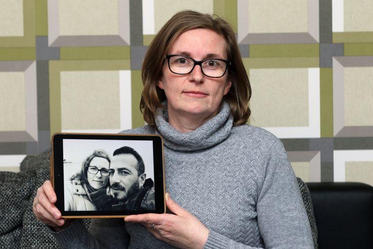 Sandra Lievens (45) met een foto met haar man Mustafa (38).