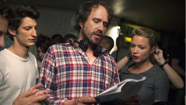 """David Moreau entouré de Pierre Niney et Virginie Efira sur le tournage de """"20 ans d'écart""""."""