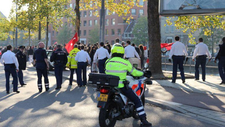 Politie staat oog in oog met de demonstranten op de Sloterkade. Beeld