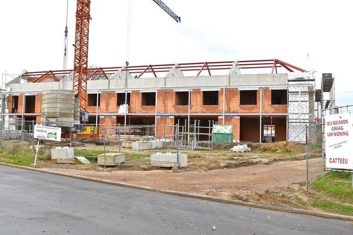 De ruwbouw van de eerste van zeven blokken is volop aan de gang en situeert zich helemaal vooraan de site. Iedereen is er op Nieuwbouwzondag welkom.