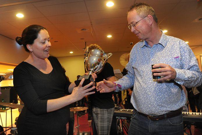 Cornelleke Blok overhandigt de PZC-beker aan leraar Arjen Baart.