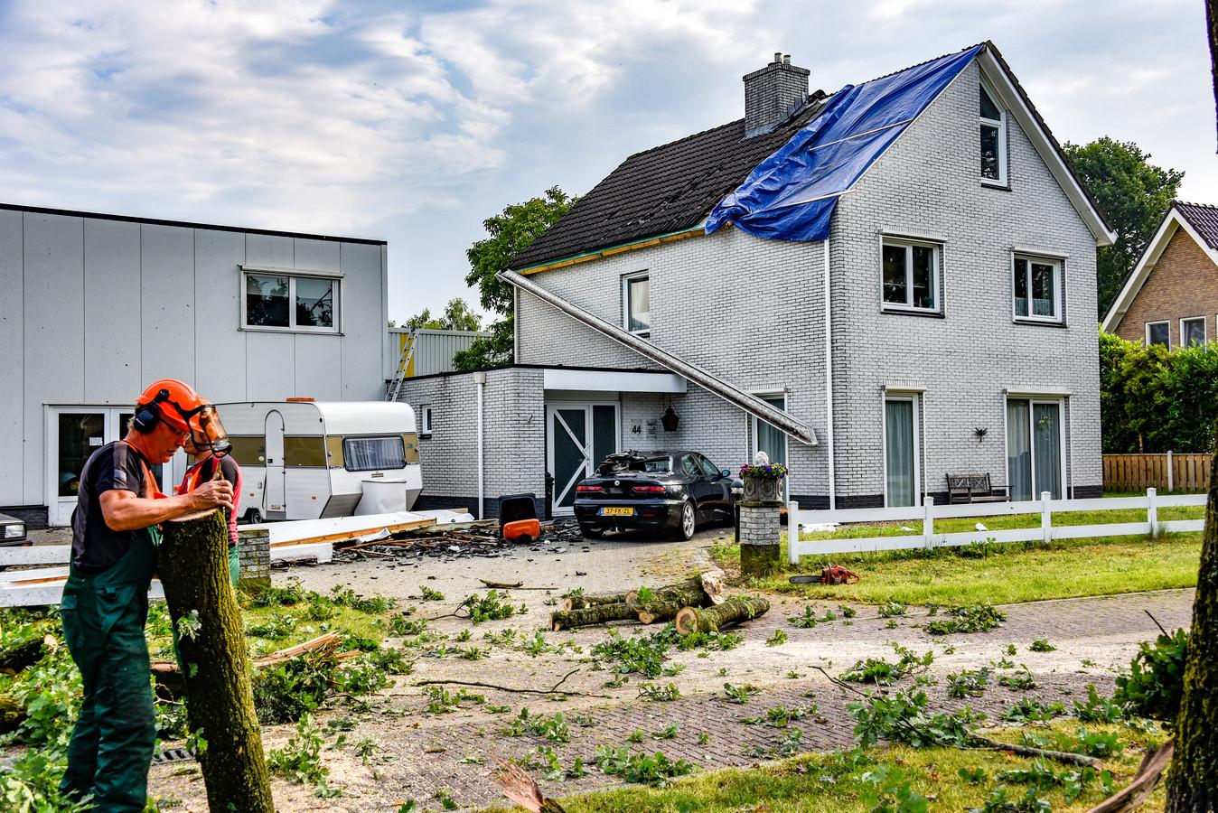 Een windhoos trok deze week over woonwijk Alteveer in Ommen. De schade aan huizen en auto's is groot.