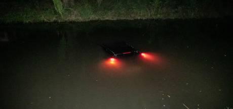 Wilde achtervolging op 'daders autobrand' eindigt in Velpse sloot: twee mannen opgepakt