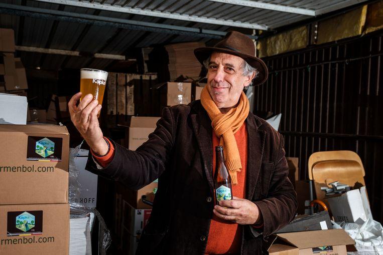 Bierbrouwer Paul Warmenbol met zijn nieuw bier 't Kapke.
