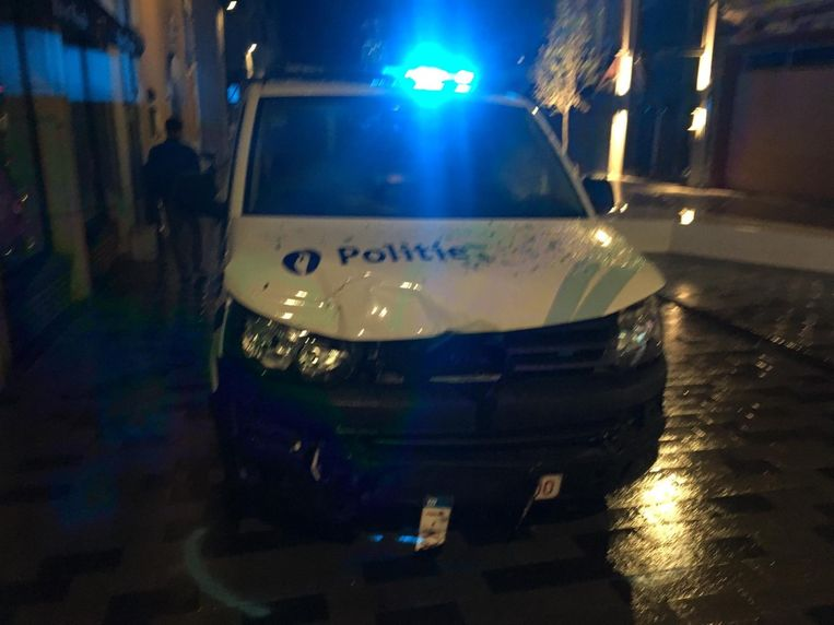 De politiecombi liep zware schade op na de crash.