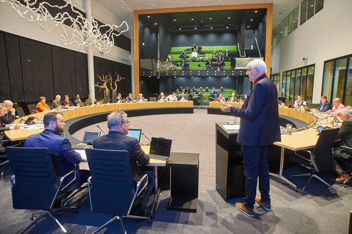 Oud-burgemeester Roel Augusteijn spreekt de Osse raadscommissie Ruimte toe als tegenstander van wind- en zonneparken in de polder.