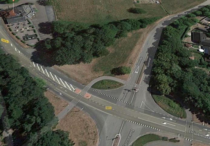 De plek waar de nieuwe brede school in 's-Heerenberg zou moeten komen met linksboven restaurant forest.