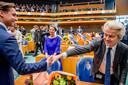 Geert Wilders (PVV) feliciteert Thierry Baudet (FvD) met diens intrede in de Tweede Kamer. Fleur Agema (PVV) kijkt toe.