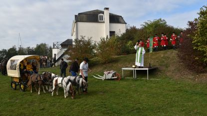 Sint-Hubertusviering: pastoor zegent paarden, honden, ezels, en... pluchen dieren