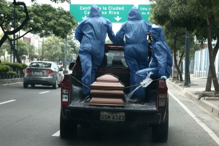 Een pick-uptruck met een doodskist in Guayaquil