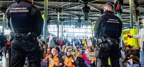 Ultimatum voor Greenpeace-activisten op Schiphol: ME wil hal ontruimen