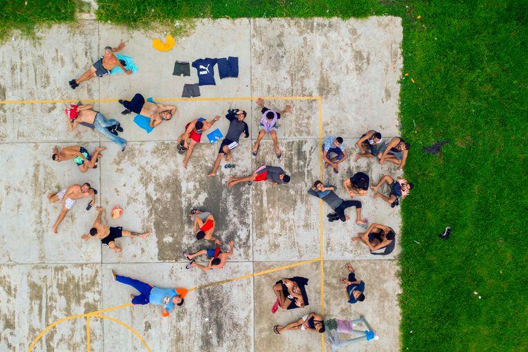 Luchtfoto van gevangengezette immigranten in Tapachula in het zuiden van Mexico. Dat land heeft de VS beloofd, na dreiging van president Trump om de handelstarieven te verhogen, streng op te treden tegen immigranten zonder reisdocumenten. Beeld AFP