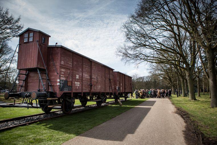 Twee originele goederenwagons op het herinneringscentrum Kamp Westerbork. Beeld ANP