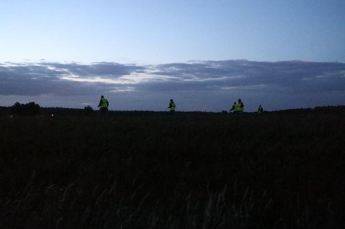 Vrijwilligers zoeken in de omgeving van de Rhedense veerweg in Giesbeek.