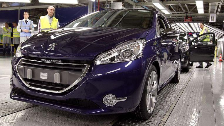 Nieuwe auto's van Peugeot in een fabriek in de buurt van Parijs. © ANP Beeld