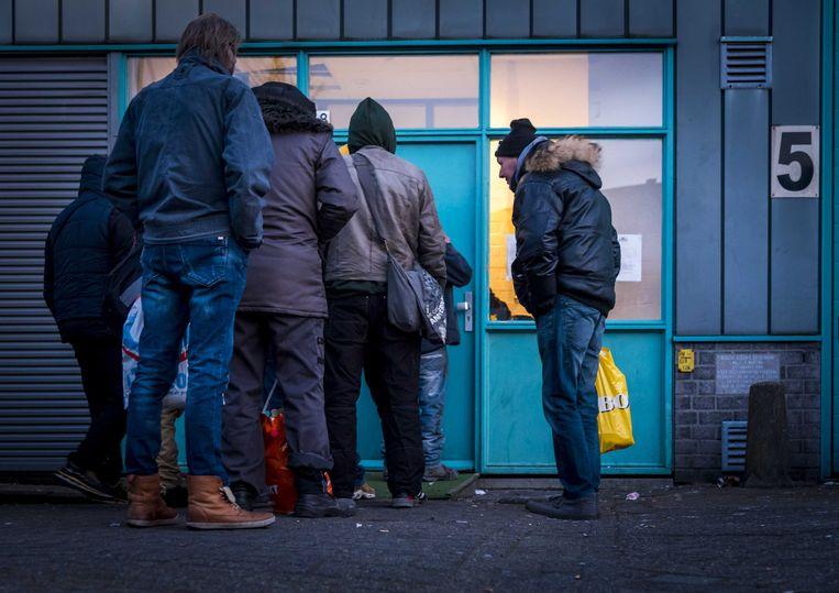 Haagse daklozen bereiden zich voor op een nacht in de winteropvang. Beeld ANP