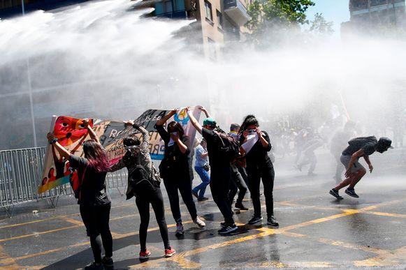 De autoriteiten zetten waterkanonnen in tegen betogers.