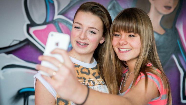 Twee vriendinnen maken een selfie. Beeld anp