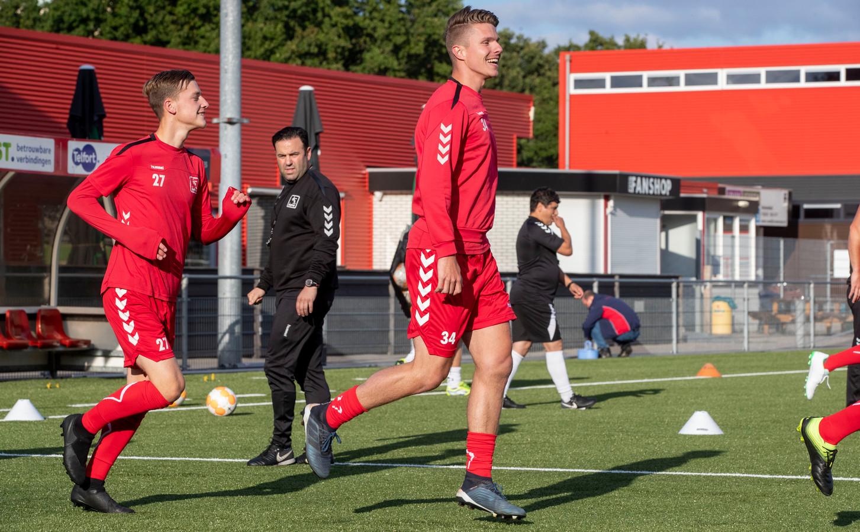 DOVO gaat er flink tegenaan in de voorbereiding, trainer Gert Kruys staat langer op het veld met zijn ploeg.
