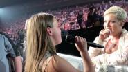 """Pink compleet sprakeloos nadat fan 'Perfect' covert: """"Dat ga ik hierna niet meer zingen hoor"""""""