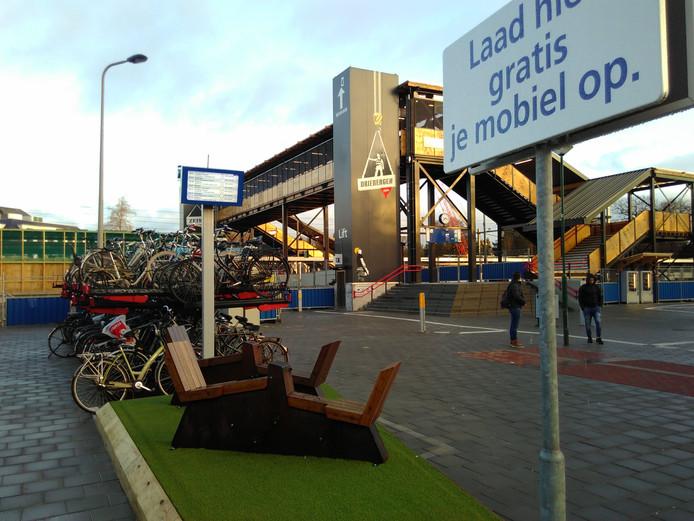 De twee energiefietsen bij Station Driebergen - Zeist, waarmee telefoon of tablet kan worden opgeladen.