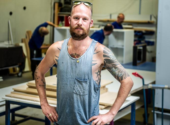 """Dave van den Berg, vertegenwoordiger bij een meubelbedrijf: ,,Als ik nog wel eens moet inspringen om iets naar een klant weg te brengen, ligt er een reserve-overhemd klaar in de kofferbak."""""""