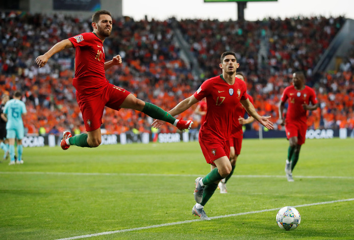 Vreugde bij Bernardo Silva en Gonçalo Guedes na de goal van Portugal.