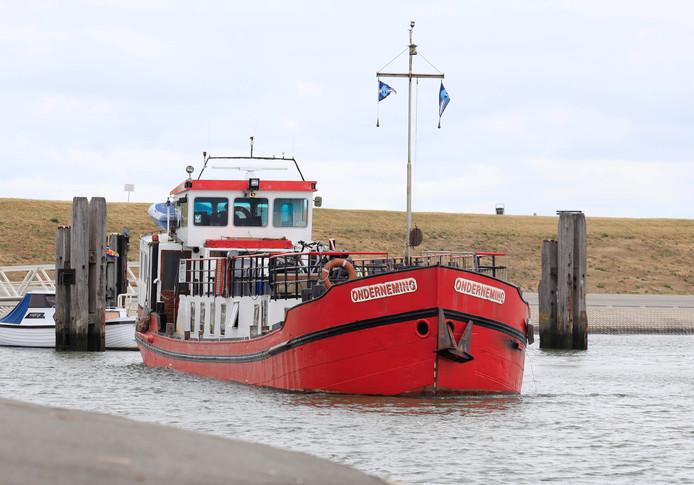 De veerpont van de Onderneming verlaat zijn steiger in de veerhaven van Perkpolder.