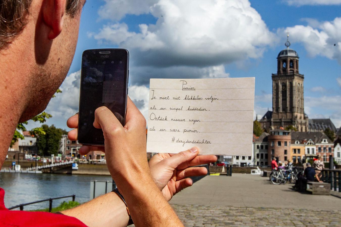 Op de mooie plekken die hij tegenkomt maakt hij een foto van een handgeschreven gedichtje en zet die op zijn instagram-account De Rijdende Dichter.