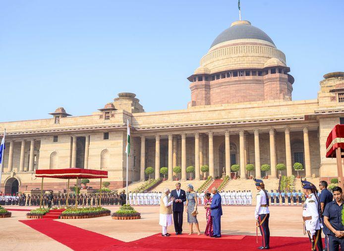 Koning Willem-Alexander en koningin Máxima worden op het presidentieel paleis ontvangen door president Ram Nath Kovind, zijn echtgenote Savita Kovind en minister-president Narendra Modi (l).